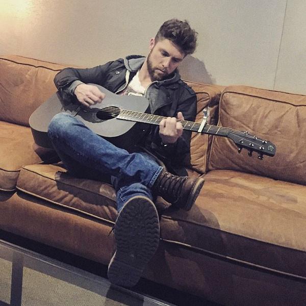 rs_600x600-150513163525-600.chris-lane-guitar-instagram.jw.51315